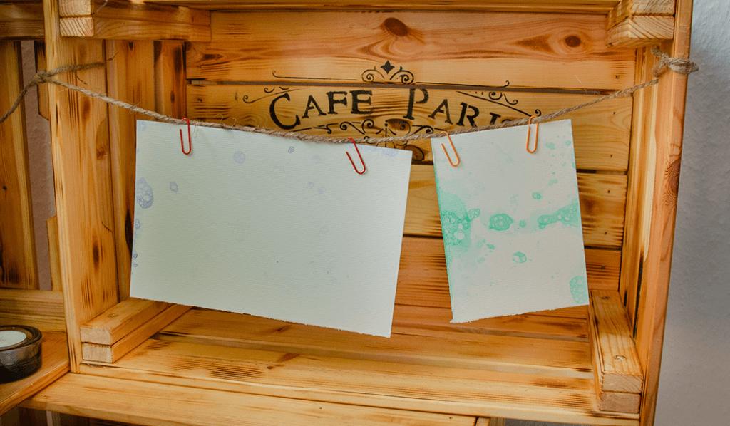Seifenblasen auf Papier sehen nett arrangiert auf in einer Vintage Holzkiste