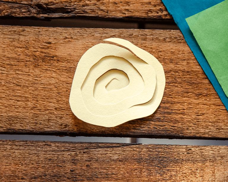 Schneide mit einer Schere entlang der Spirale