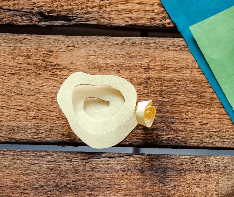 Rolle die Spriale von außen nach innen auf um die Papierbluete zu erhalten