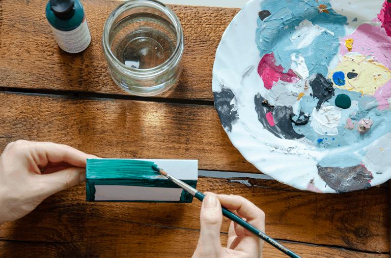 matchbox oder Streichholzschachtel wird mit Acrylfarbe bemalt