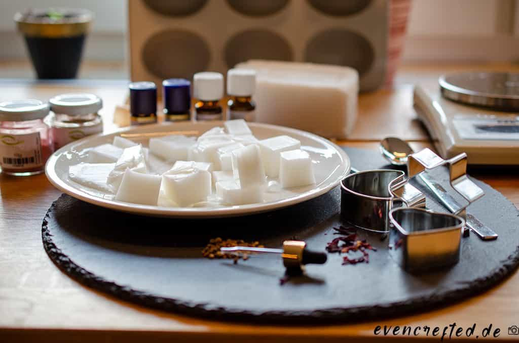 Du brauchst: Rohseife, Mineralpigmente und ätherische Öle zum natürlichen Färben und Beduften deiner Rohseife