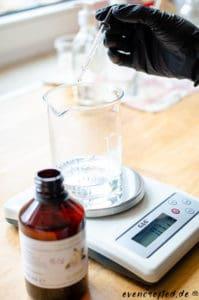 Flüssige Zutaten werden am besten mit einer Pipette eingewogen