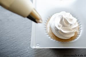 Cupcake Seife mit Spritzbeutel dekorieren