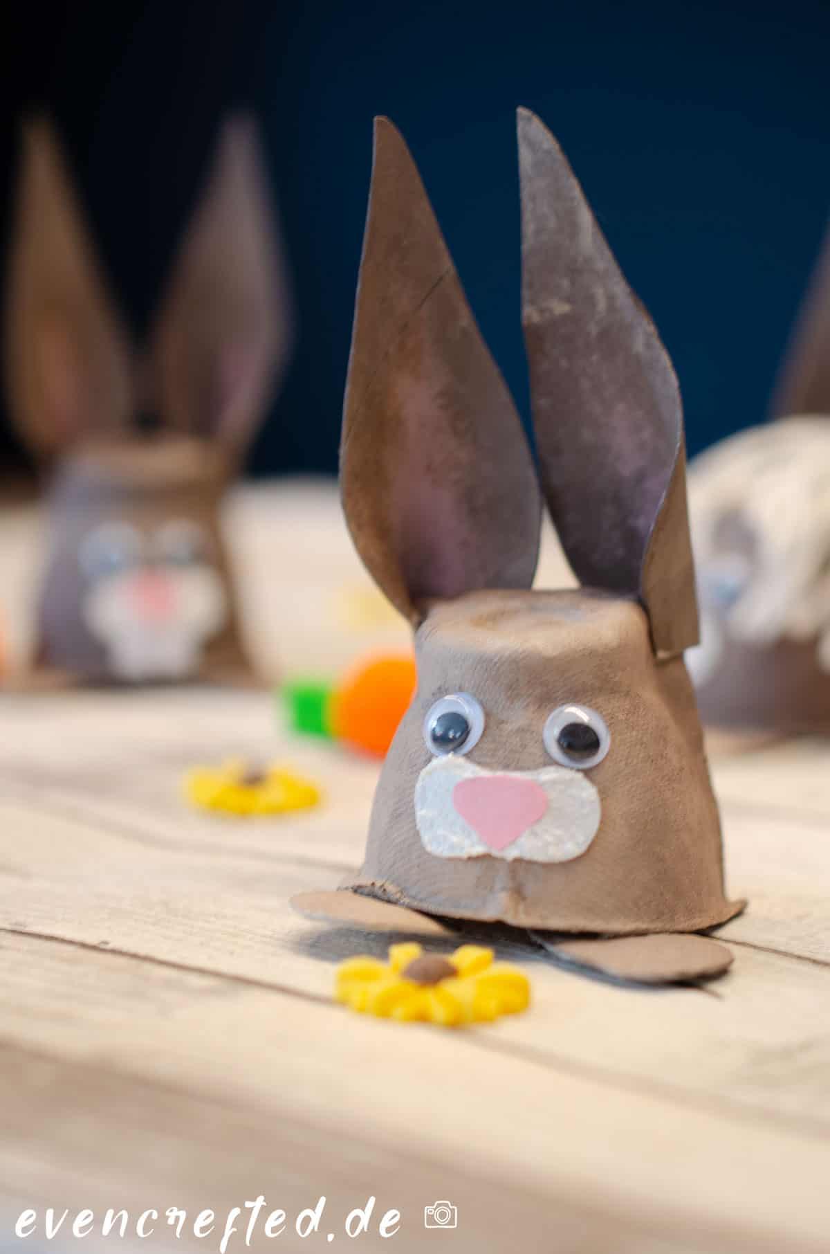Suchst Du noch eine Bastelidee zu Ostern? Wie wär's mit diesen niedlichen Osterhasen aus Papier & Eierkarton. Anleitung für Anfänger geeignet | evencrafted.de ♥ DIY & Naturkosmetik Blog