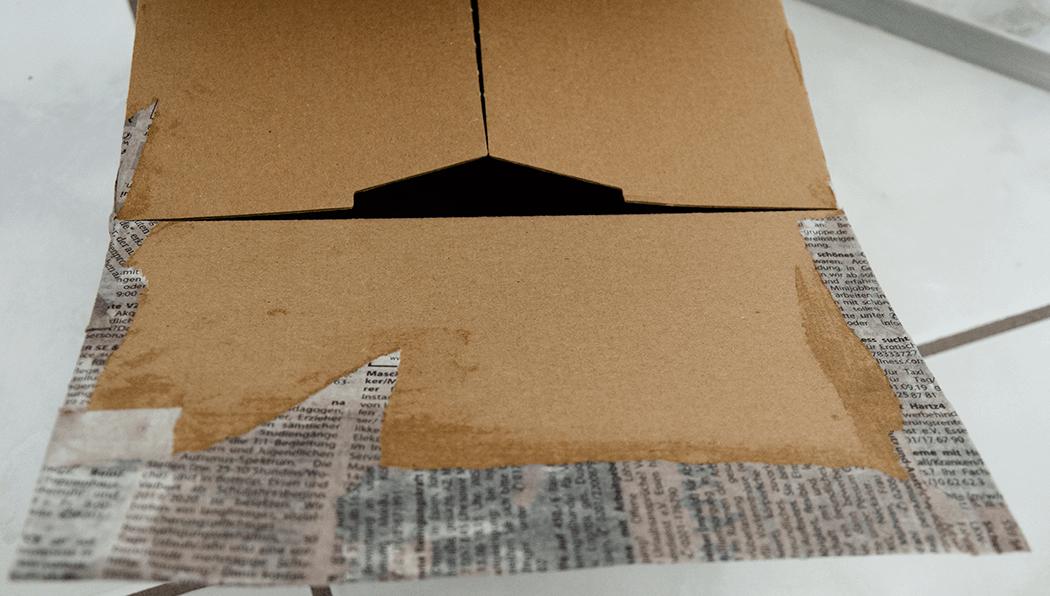 Karton-um-die-Ecken-Zeitungspapier-kleben